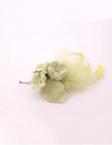 Prendido flor con pluma